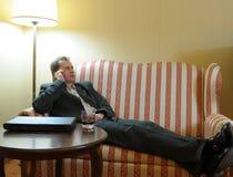 Uomo d'affari che si distende sul sofà fotografia stock libera da diritti