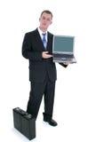 Uomo d'affari che si leva in piedi con la cartella ed il computer portatile aperto Fotografie Stock