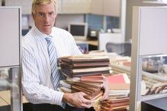 Uomo d'affari che si leva in piedi nel cubicolo Fotografia Stock Libera da Diritti