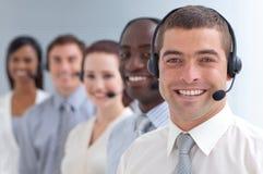 Uomo d'affari che si leva in piedi in una call center Fotografia Stock Libera da Diritti