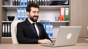Uomo d'affari che si prepara prima di video conversazione importante di chiacchierata stock footage
