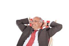 Uomo d'affari che si rilassa nella sedia di scrittorio Fotografia Stock Libera da Diritti