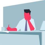 Uomo d'affari che si siede ad una tavola e ad una scrittura Immagine Stock