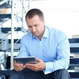 Uomo d'affari che si siede sulle scale Fotografie Stock