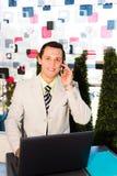 Uomo d'affari che si siede in un caffè Fotografia Stock
