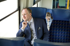 Uomo d'affari che si siede in un treno fotografia stock