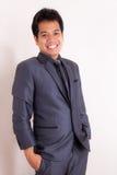 Uomo d'affari che sorride all'ufficio fotografia stock