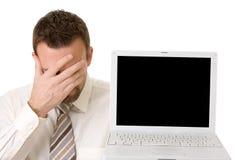 Uomo d'affari che sostiene computer portatile con il percorso di residuo della potatura meccanica immagini stock