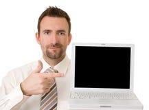 Uomo d'affari che sostiene computer portatile con il percorso di residuo della potatura meccanica Fotografia Stock