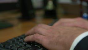Uomo d'affari che spilla su una tastiera stock footage