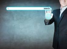 Uomo d'affari che spinge bottone di ricerca digitale immagine stock libera da diritti