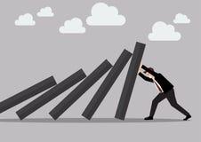 Uomo d'affari che spinge duro contro la piattaforma di caduta delle mattonelle di domino Immagini Stock