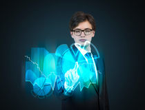 Uomo d'affari che spinge grafico virtuale Fotografie Stock Libere da Diritti