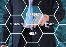 Uomo d'affari che spinge i concetti di servizio di assistenza al cliente e di sostegno Immagini Stock
