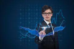 Uomo d'affari che spinge il grafico dei forex Immagini Stock