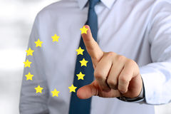 Uomo d'affari che spinge su un segno dell'Unione Europea Lasci l'euro Fotografie Stock