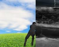 Uomo d'affari che spinge via diga tempestosa Fotografia Stock Libera da Diritti