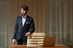 Uomo d'affari che sta al desktop Fotografia Stock Libera da Diritti