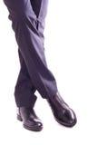 Uomo d'affari che sta con le gambe attraversate Immagine Stock