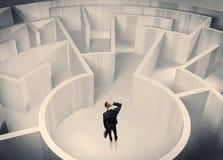Uomo d'affari che sta nel centro del labirinto Immagini Stock Libere da Diritti