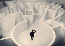 Uomo d'affari che sta nel centro del labirinto Fotografie Stock