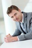 Uomo d'affari che sta nel corridoio Fotografia Stock