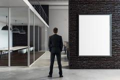 Uomo d'affari che sta nella sala riunioni Fotografie Stock Libere da Diritti