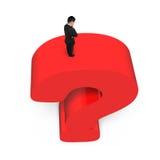 Uomo d'affari che sta sul backgrou rosso enorme di bianco del punto interrogativo 3D Fotografia Stock