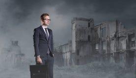 Uomo d'affari che sta sul fondo apocalittico Crisi, difetto, fotografia stock