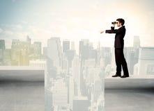 Uomo d'affari che sta sull'orlo del tetto Fotografia Stock