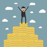 Uomo d'affari che sta sulla scala enorme dei soldi illustrazione vettoriale