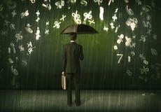 Uomo d'affari che stanno con l'ombrello e numeri 3d che piovono concep Immagine Stock