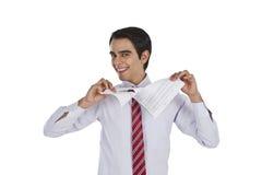 Uomo d'affari che strappa una carta immagine stock