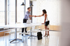 Uomo d'affari che stringe le mani con un richiedente di lavoro Immagini Stock Libere da Diritti