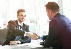 Uomo d'affari che stringe le mani in ufficio Fotografia Stock