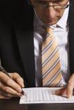 Uomo d'affari che studia i dati Fotografia Stock