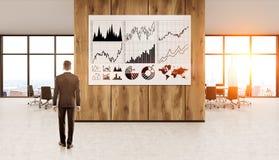 Uomo d'affari che studia i grafici Fotografie Stock