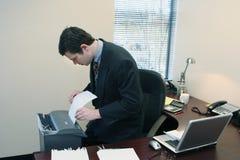 Uomo d'affari che tagliuzza i documenti fotografie stock