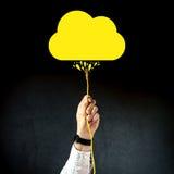 Uomo d'affari che tappa il cavo di lan per collegarsi a servizio della nuvola Fotografie Stock Libere da Diritti