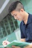 Uomo d'affari che texting sul suo libro. Immagini Stock