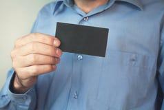 Uomo d'affari che tiene biglietto da visita in bianco Fotografie Stock