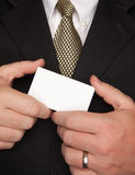 Uomo d'affari che tiene biglietto da visita in bianco Immagine Stock Libera da Diritti