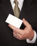 Uomo d'affari che tiene biglietto da visita in bianco Fotografia Stock