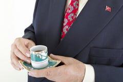 Uomo d'affari che tiene caffè turco Fotografia Stock