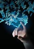 Uomo d'affari che tiene 3D che rende gruppo di gente blu Fotografia Stock Libera da Diritti