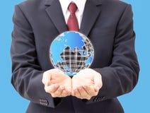 Uomo d'affari che tiene globo digitale Fotografie Stock