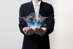 Uomo d'affari che tiene i simboli mondiali della rete Immagine Stock Libera da Diritti