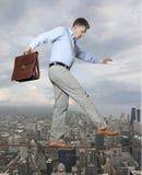 Uomo d'affari che tiene il suo equilibrio Fotografie Stock