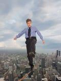 Uomo d'affari che tiene il suo equilibrio Immagini Stock Libere da Diritti