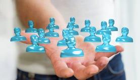 Uomo d'affari che tiene la rappresentazione di vetro brillante del gruppo 3D dell'avatar Immagine Stock Libera da Diritti